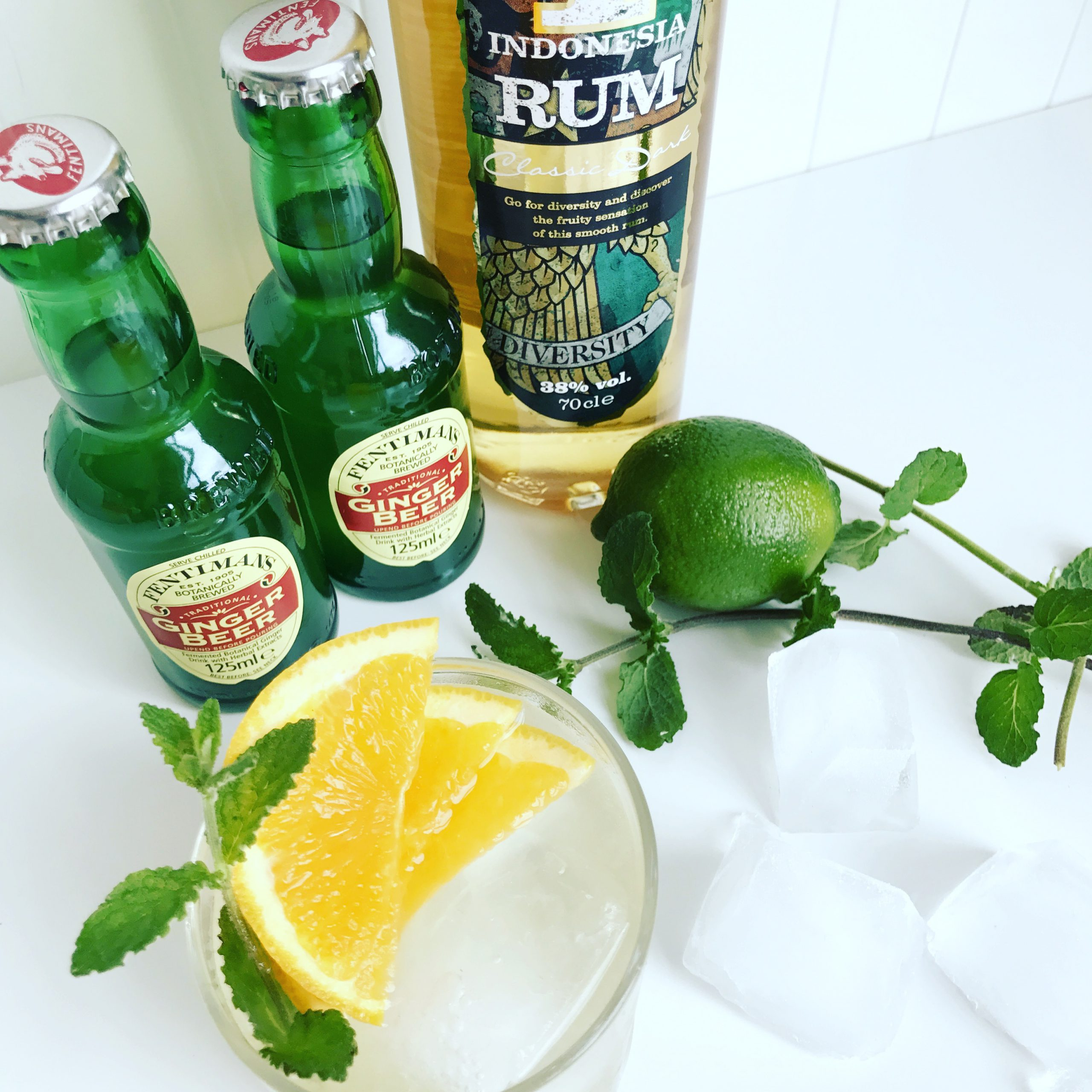 Cocktail met rum en ginger beer