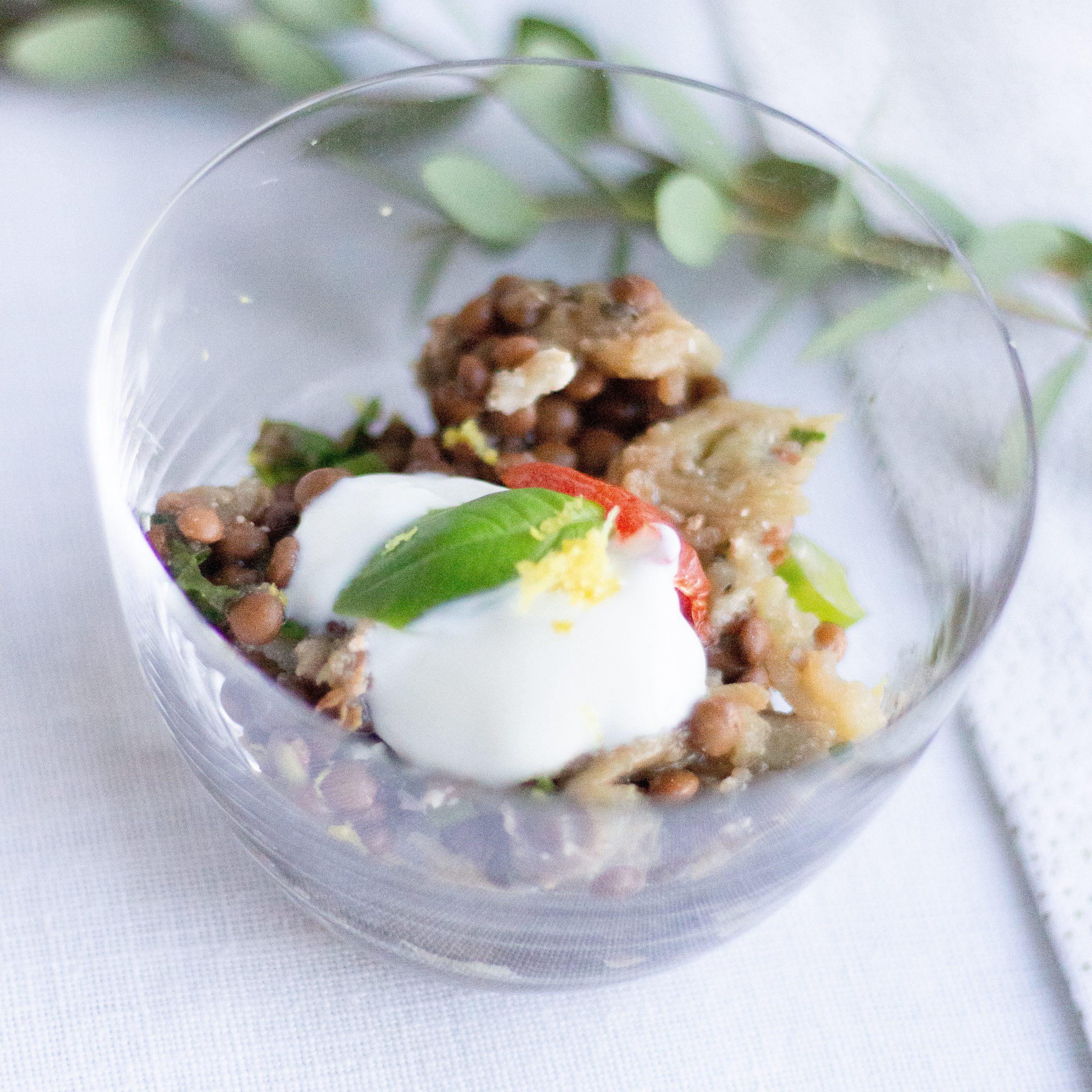 Hapje met gepofte aubergine, linzen en kerstomaat