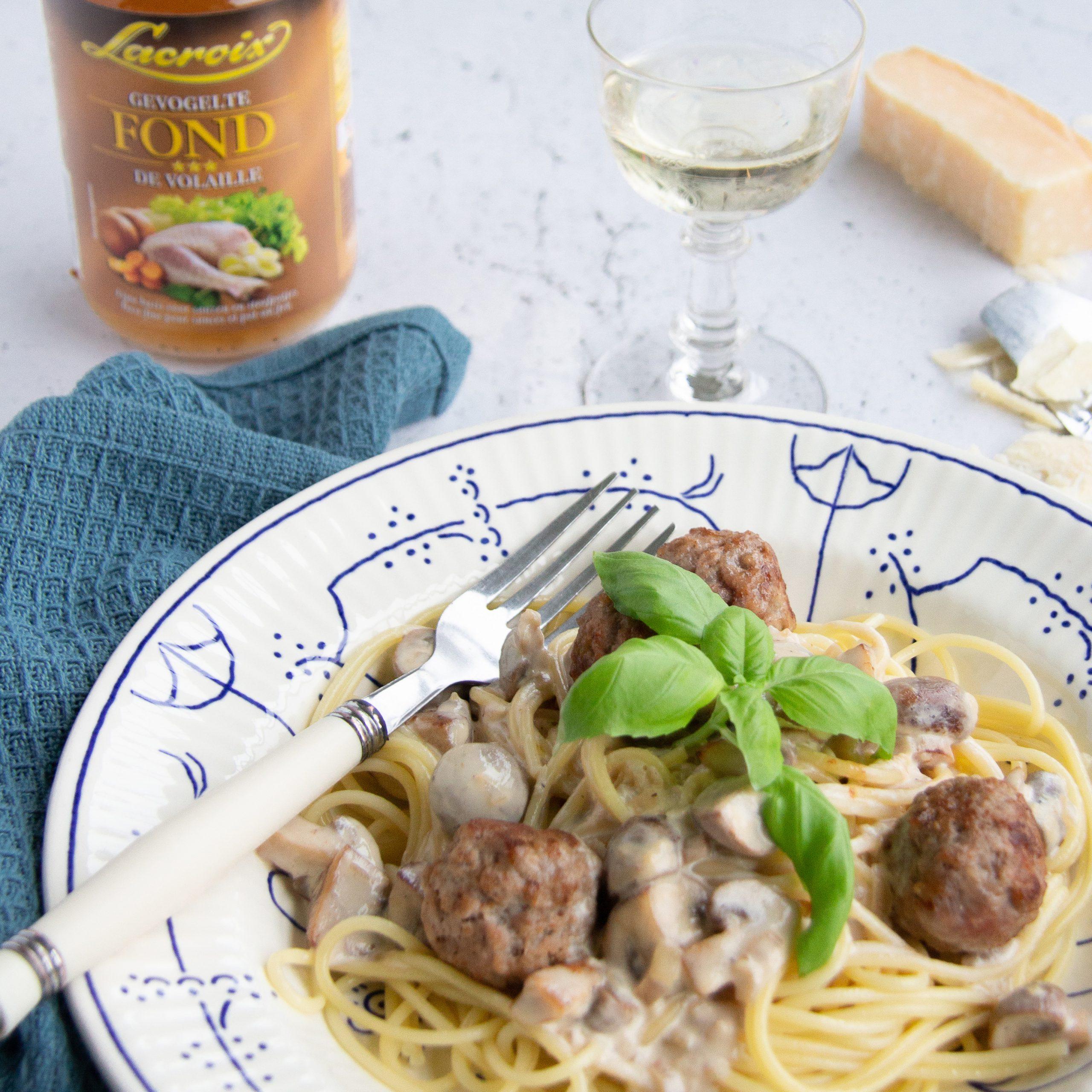 Pasta met gehaktballetjes en champignons